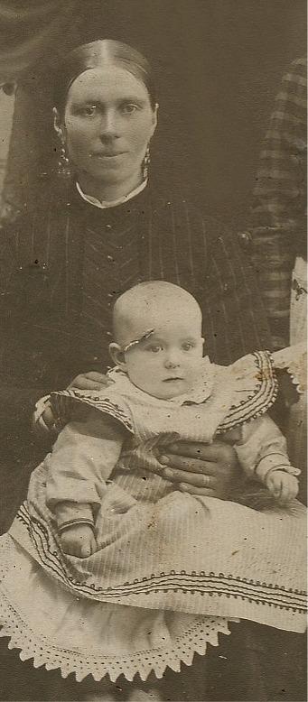 """Här """"Rebeck-Fia"""", alltså Fia Ekberg med dottern Signe. Fotot från 1910."""