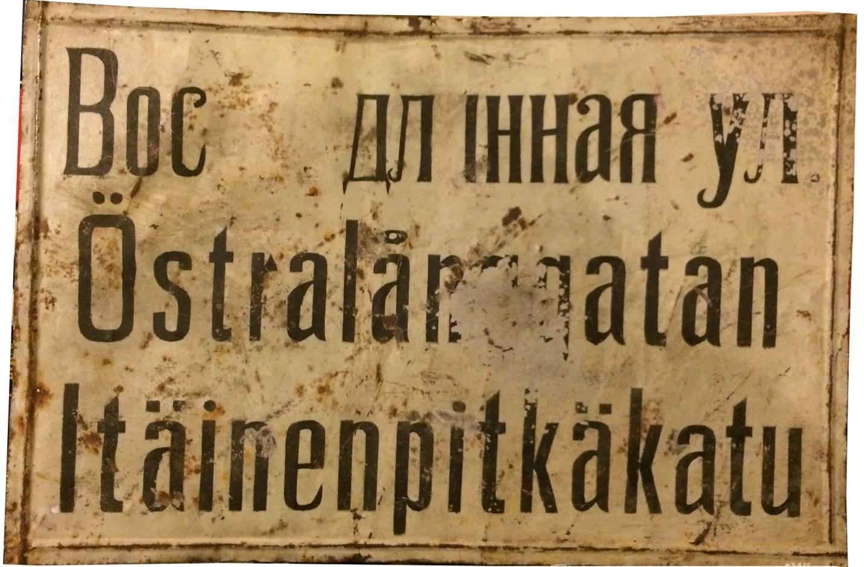 Den 20 februari 1918 beslöt stadsfullmäktige i Kristinestad att gatuskyltarna med den ryska texten skulle målas om, användande endast de inhemska språken.