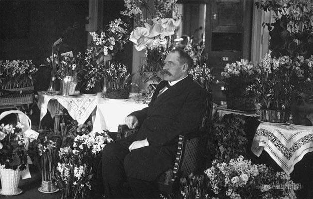 År 1917 kunde Svinhufvud återvända till Finland och här sitter han på hotell Kämp i Helsingfors omgiven av blommor.