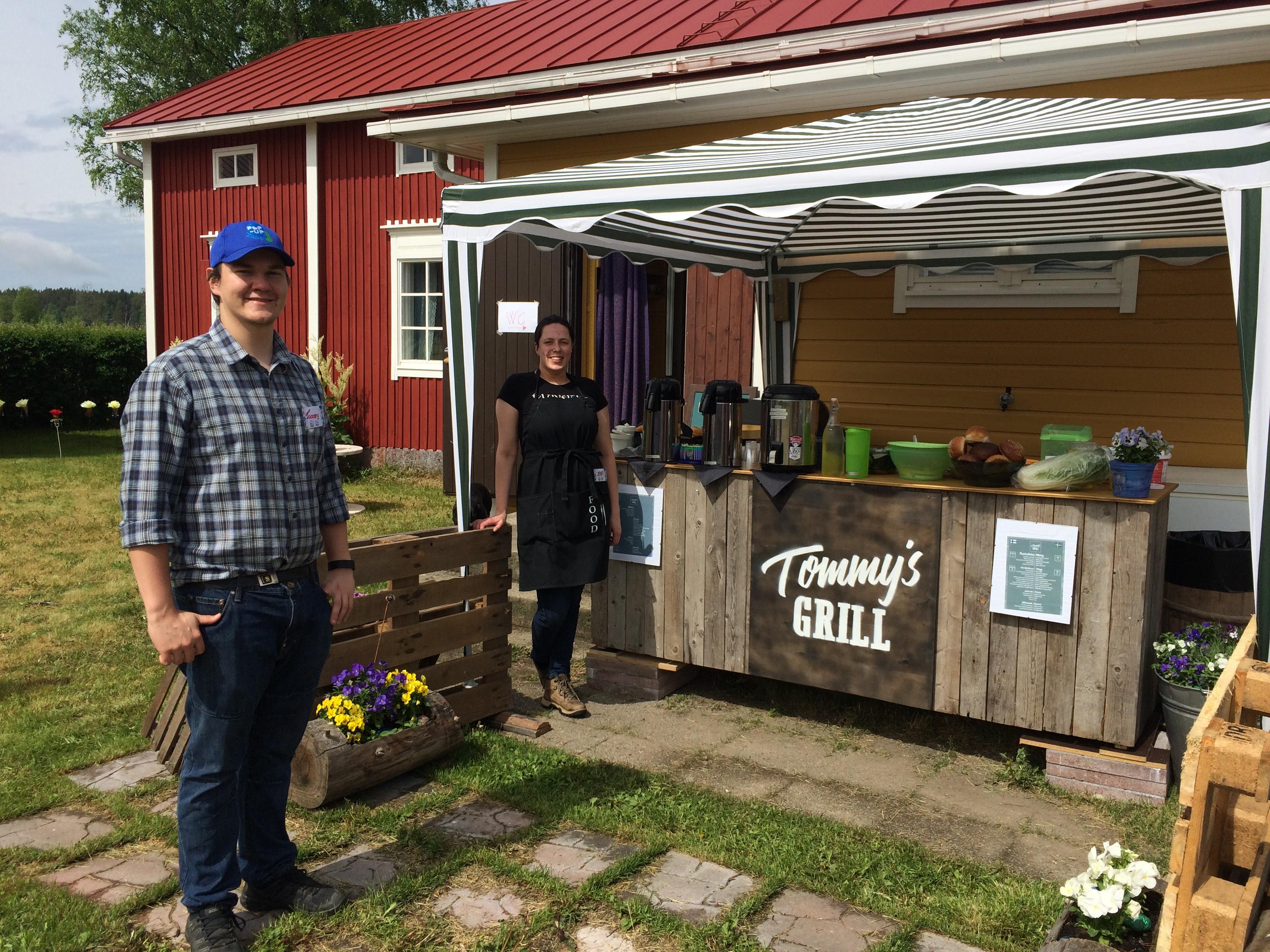 Till vänster står Tommy Englund, nybliven fullmäktigeledamot i Kristinestad tillsammans med kocken Leva som är hemma från Litauen och är dotter till den kända veterinären.