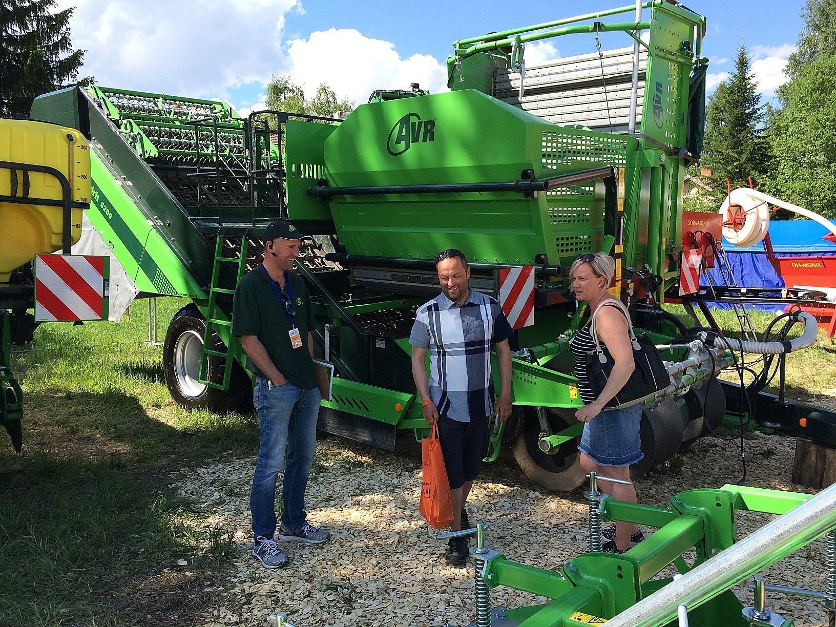 Här Peter Klåvus framför en av de potatiströskor som han tillsammans med hustrun Eija importerar från Belgien.