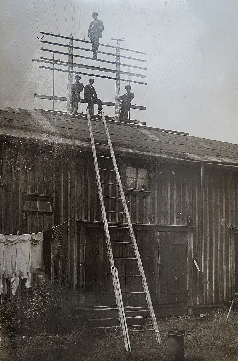 Emil arbetade som linjeman åt telegrafen och detta foto är troligen taget i Vasa och visar hur linjerna drogs ovanpå stugutaken.