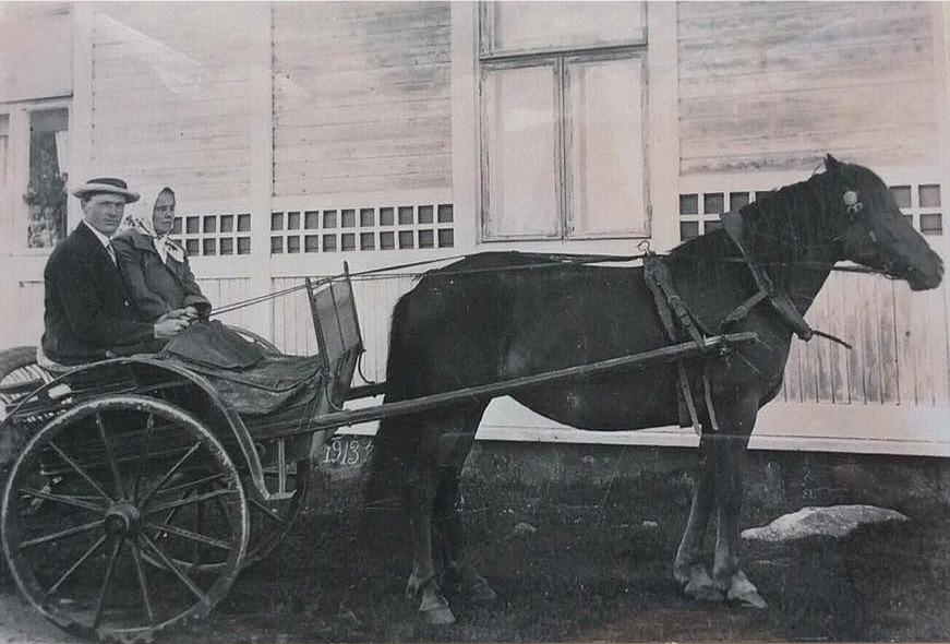 Här sitter Evert (1893-1975) och Elsa (1892-1971) Berg bekvämt i hästkärran år 1924. Evert var med i Melins kompani och år 1920 gifte han sig med krigsänkan Elsa Grankull. Elsa hade tidigare varit gift med Axel Grankull, som stupade i striderna vid Lempäälä 23 april 1918. Elsa hade från tidigare 2 söner och med Evert fick hon 2 till, varav den ena stupade i Juustila sommaren 1944 i samband med den ryska storoffensiven.