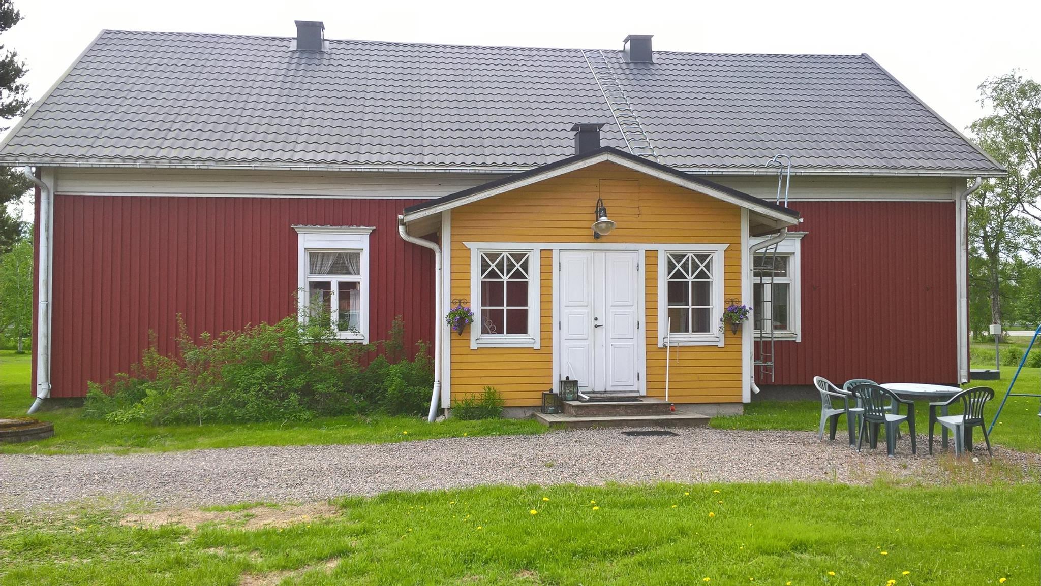 Här ett färskt foto av hur huset ser ut från gårdssidan.