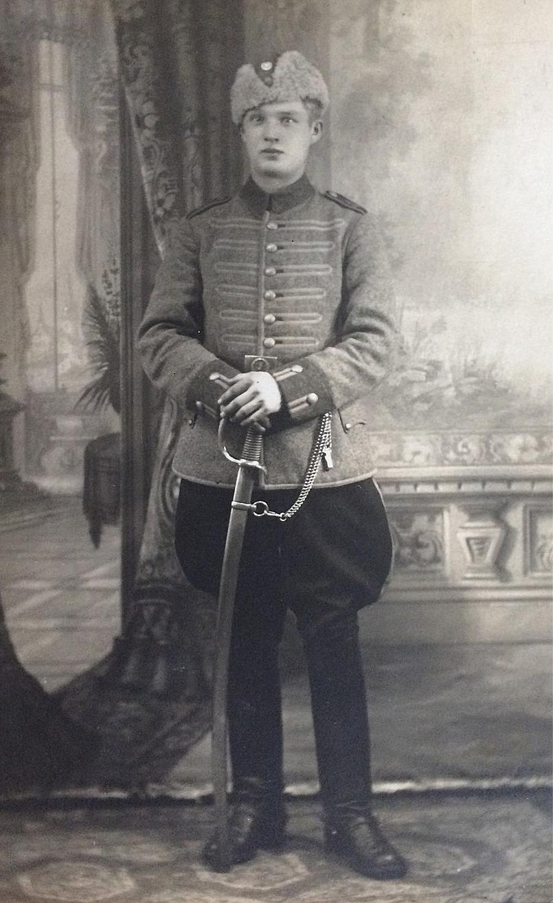 Här Bror Lundells far Karl Reinhold Lundell, född 1905 i Bromarv. I början på fortsättningskriget blev han utkommenderad till Horsö som ligger utanför Bromarv och tillsammans med flera kamrater blev han tillfångatagen av ryska trupper och blev bortförd därifrån den 10 juli 1941. Hans vidare öden är tillsvidare okända och han blev sedan dödförklarad.