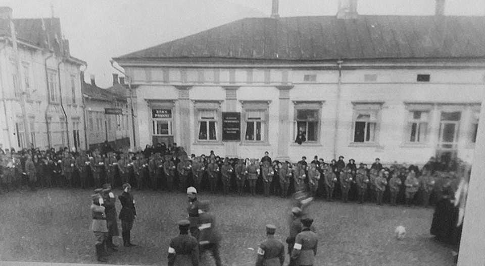 22 november 1920 kom Gustav Mannerheim på ett endagarsbesök till Kristinestad och här mottas han av skyddskåristerna på Salutorget framför nuvarande bibliotek.