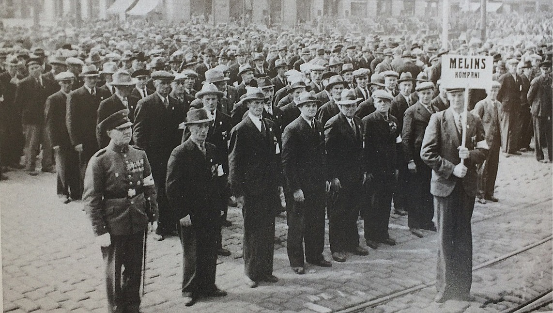 Veteraner från det berömda Melins kompani på parad i Tammerfors år 1938, 20 år efter de hårda striderna.