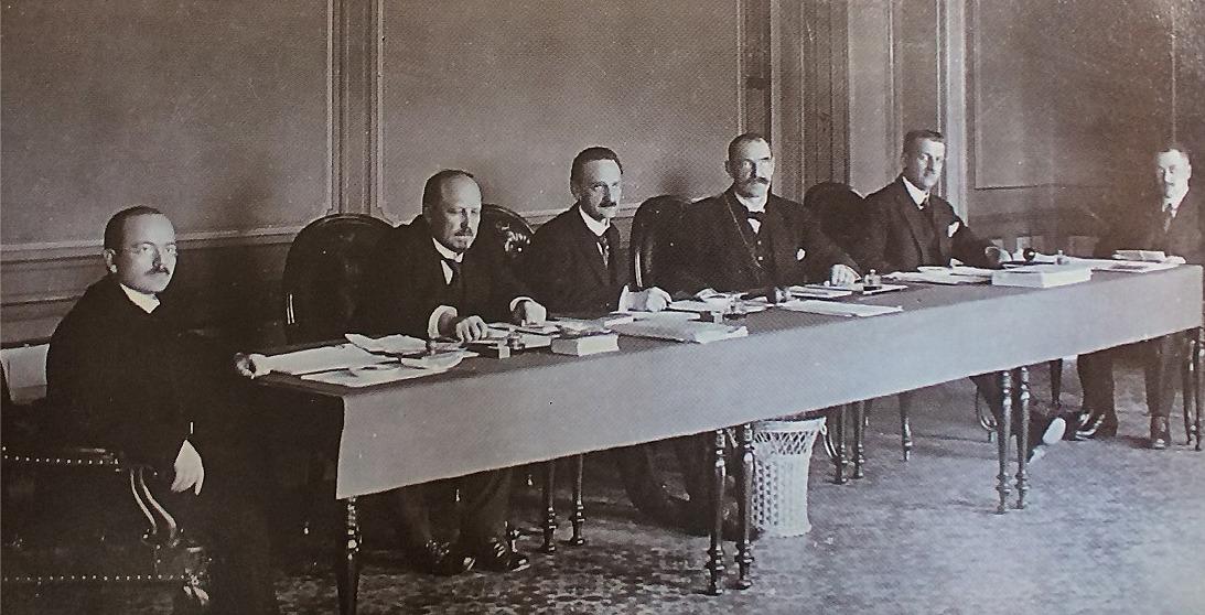 Den 28 januari 1918 flyttade senaten, motsvarande dagens regering upp till Vasa, på grund av att de röda gardena hade tagit makten i Helsingfors. Från vänster Pehkonen, Arajärvi, Castrén, ordföranden Svinhufvud, Renvall och Frey. Svinhufvud som kallades Ukko-Pekka anlände senare till Vasa efter en strapatsrik färd med en kapad isbrytare till Tallinn och därifrån till Tyskland och sedan via Sverige till Vasa. Vid framkomsten hyllades han som en hjälte.