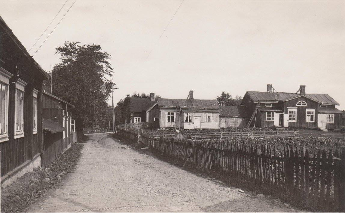 Efter att ha bott några år i Vanhakylä i början på 1960-talet flyttade de tillbaka till Kristinestad och de bodde då i denna gård på Strandgatan 1. Fotot är från 30-talet. Det var år 1965 som de köpte gården av Ernst och Hilma Eker. De hade i sin tur köpt den år 1962 av Risto Hakala, som hade förvärvat den 1948. Före det så hade här bott smeden Jaakko Kivimäki, sjömannen Viktor Söderlund och Bruno Ylinen. Den nuvarande ägaren köpte gården av Långs dödsbo 1993.