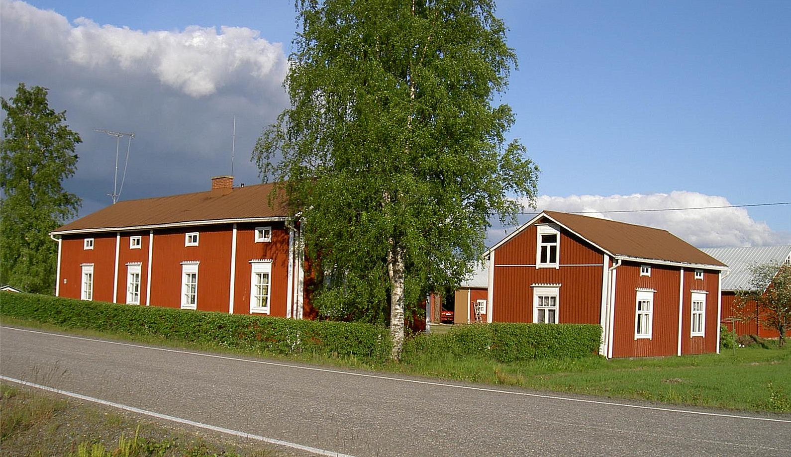Granlunds stilrena gård med lillstuga står nära Storåvägen i Palon.