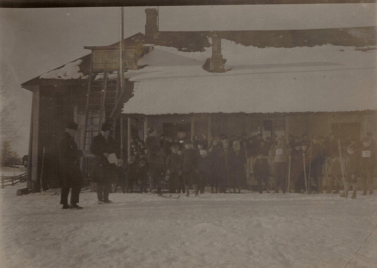 Beslut om att bygga det första ungdomshemmet i Lappfjärd fattades 16.10.1904, grunden började grävas 14.11 och den 19.11.1905 invigdes huset. På fotot skidtävlingar utanför ungdomslokalen.