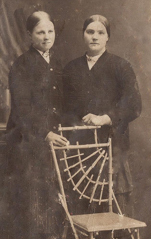 Här Ida Agnäs till vänster, som senare gifte sig med Emil Backlund. Till höger Hulda Rosenback.