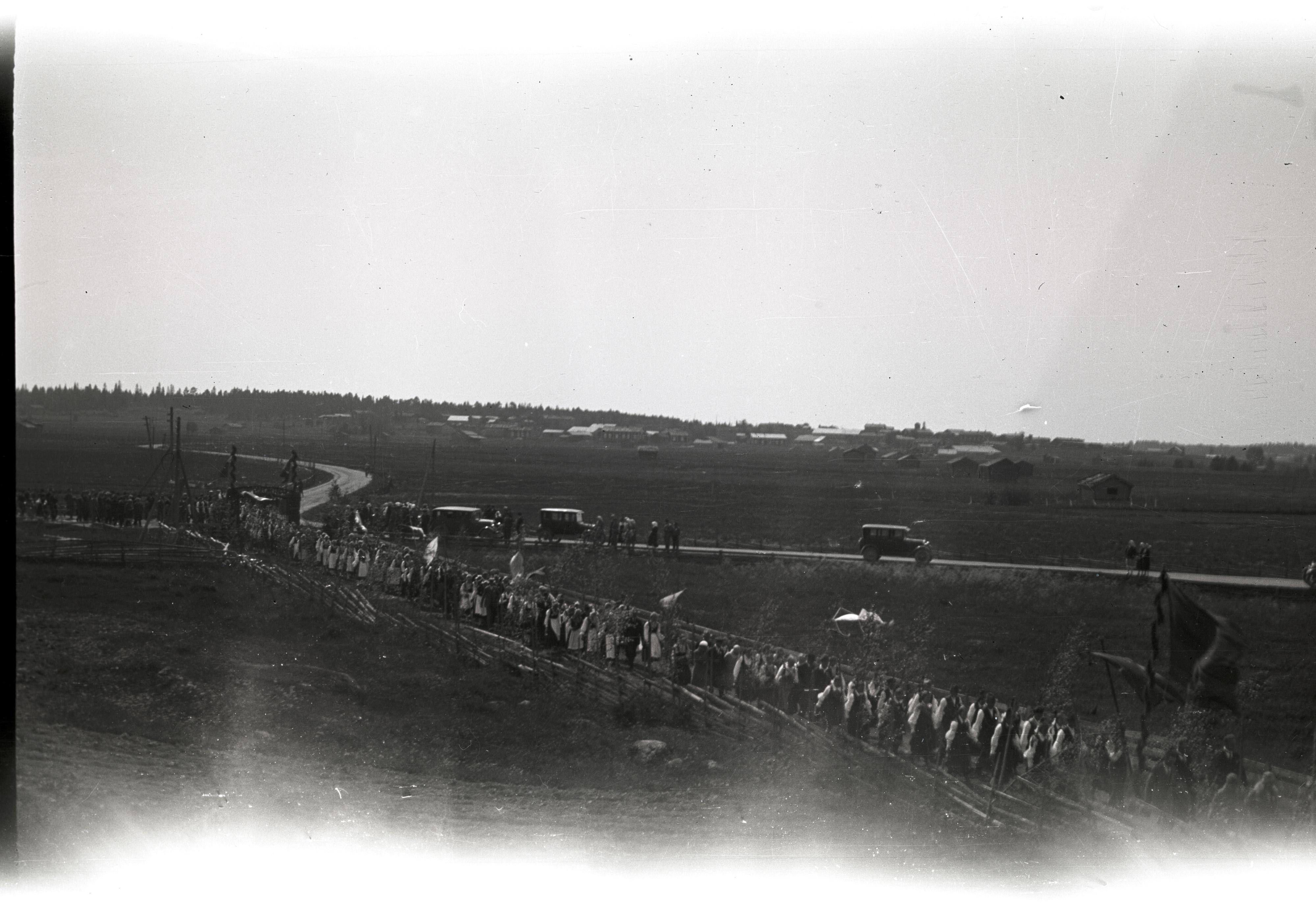 Sångfestraden på vägen in genom festporten i slutet på 20-talet i Tjöck. Notera att det står 3 bilar på landsvägen.