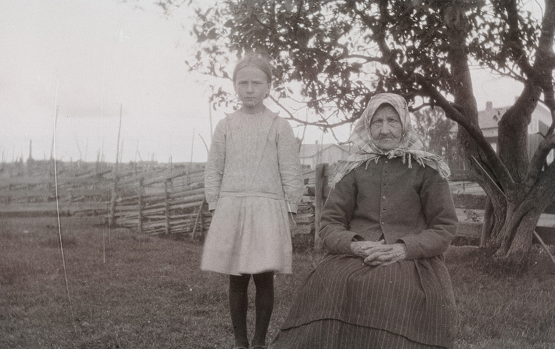 """Anni Norrholm, född 1922, senare gift med Birger Hedkrok, tillsammans med sin mormor Maja Greta Agnäs (född Björses 1850-1936) som i folkmun kallades """"Ner Ebb Maj""""."""