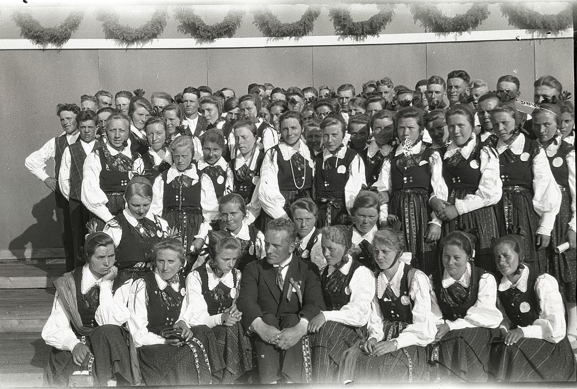 Körsång har alltid varit viktig i Lappfjärd och det syns bra på detta foto från den stora sångfesten 1930, där det kan svårt att räkna hur många som har samlats runt körledaren Selim Knus.