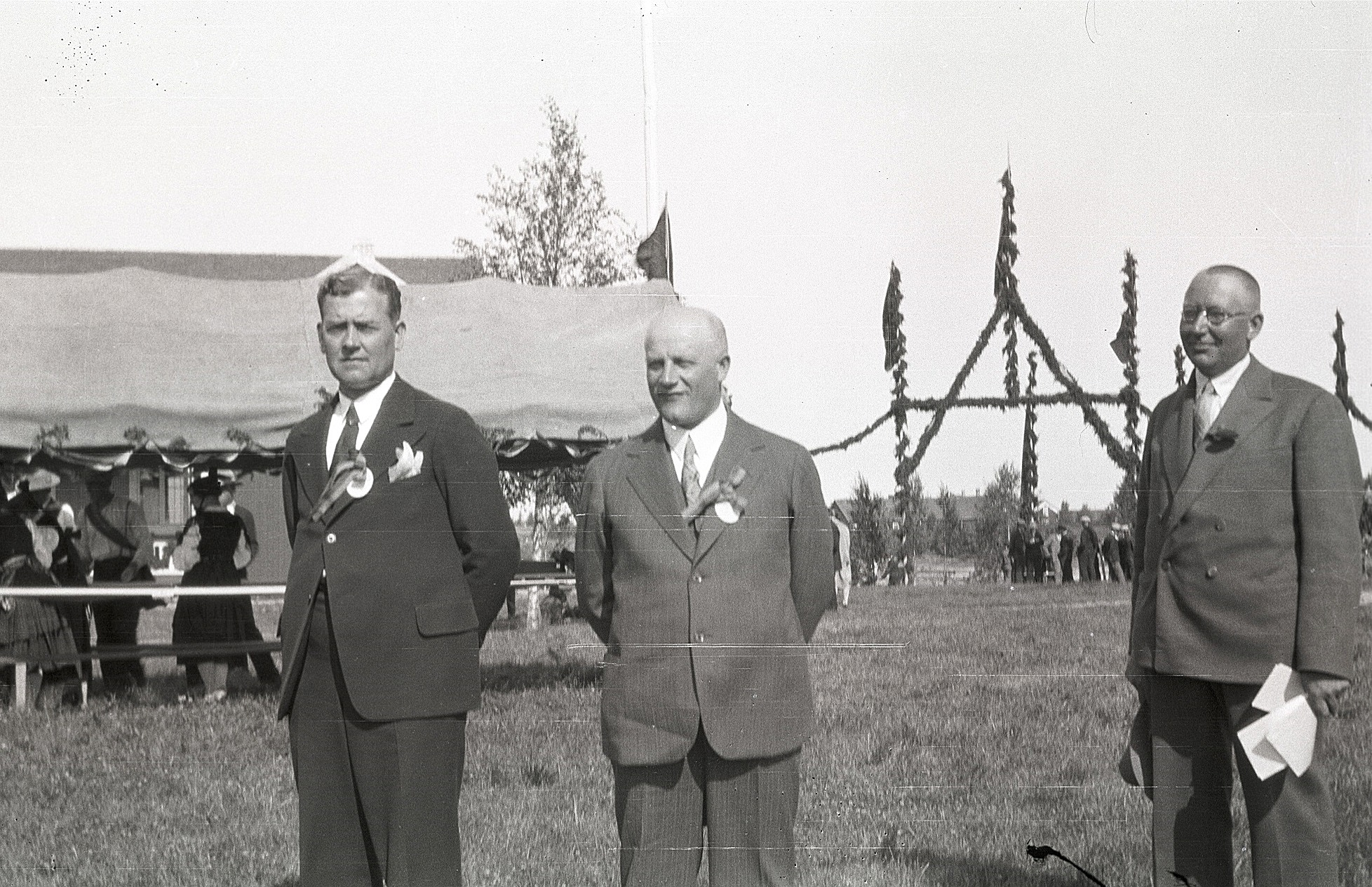 I mitten folkhögskolans rektor Johannes Nyqvist med två okända män.
