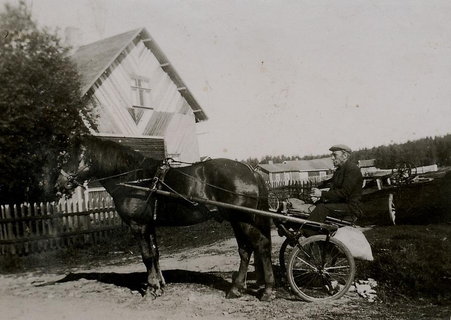 På denna bild från slutet av 30-talet sitter Erland i tävlingssulkyn utanför Krook-gården som just byggs till både på bredden och på höjden.