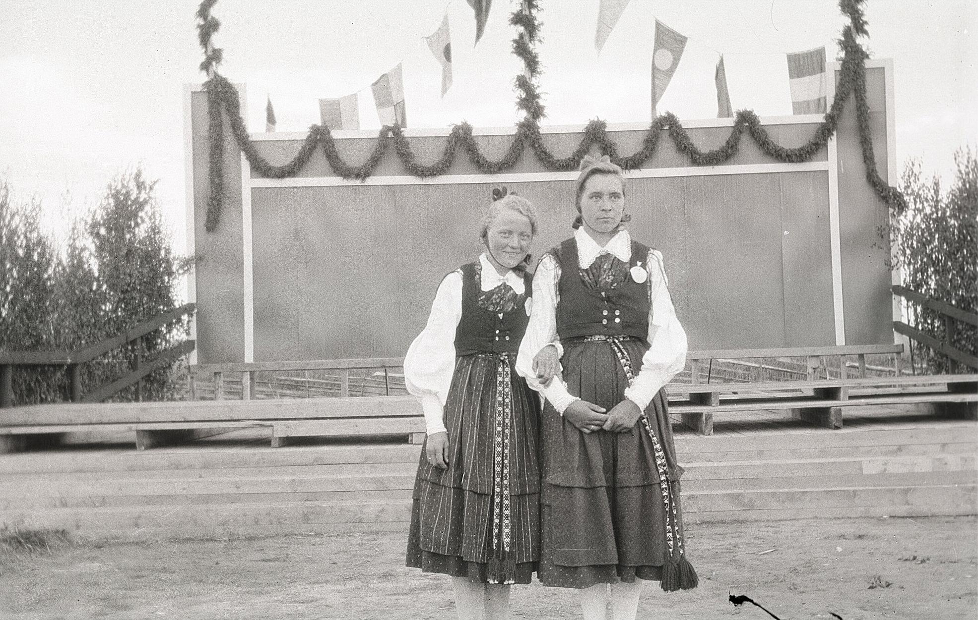 Adele Knus och Hjördis Landgärds i folkdräkter på sångfesten i Lappfjärd 1930.