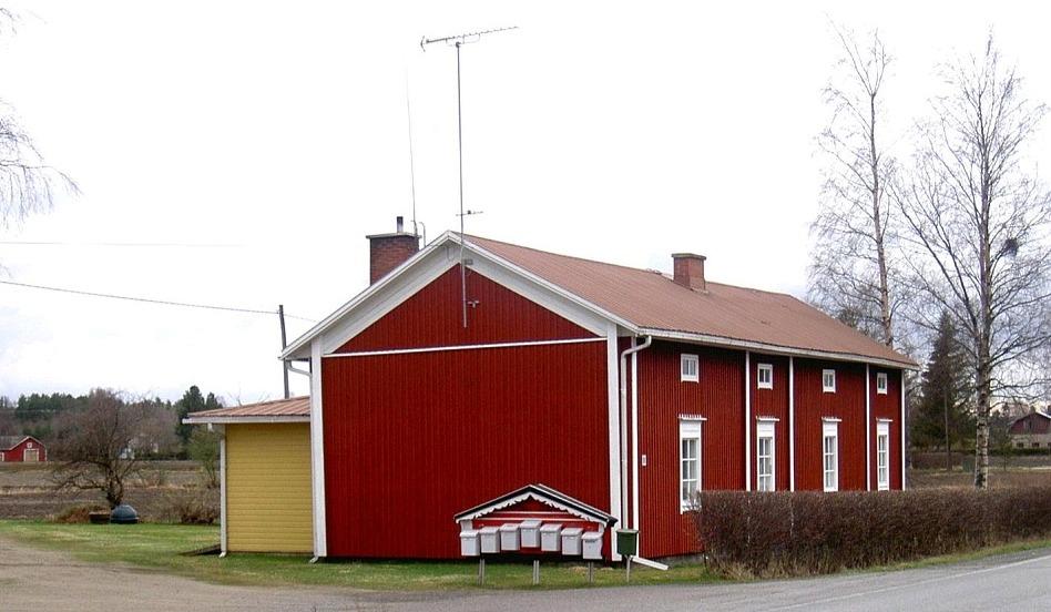 Den välskötta gården står nära landsvägen till Storå. Byggnaden som syns i den vänstra kanten är Lars Granérs garage på Lillsjövägen och i den högra kanten syns Westeras smedjan på Brobackan.