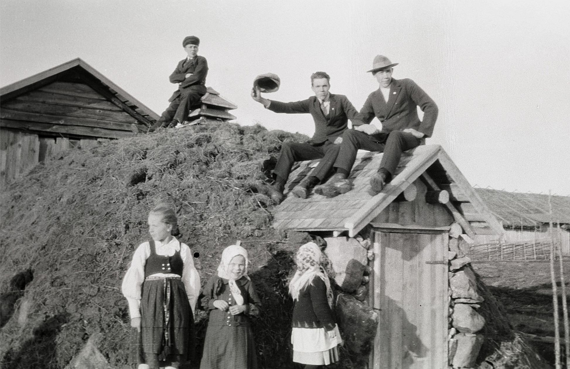 Här är Emil Ekmans pojkar uppflugna på taket till potatiskällaren. Från vänster Evert, Albin och Bertel och den stora flickan till vänster är deras syster Svea. De andra flickorna är Ida Storkull och Vesta Lillträsk.