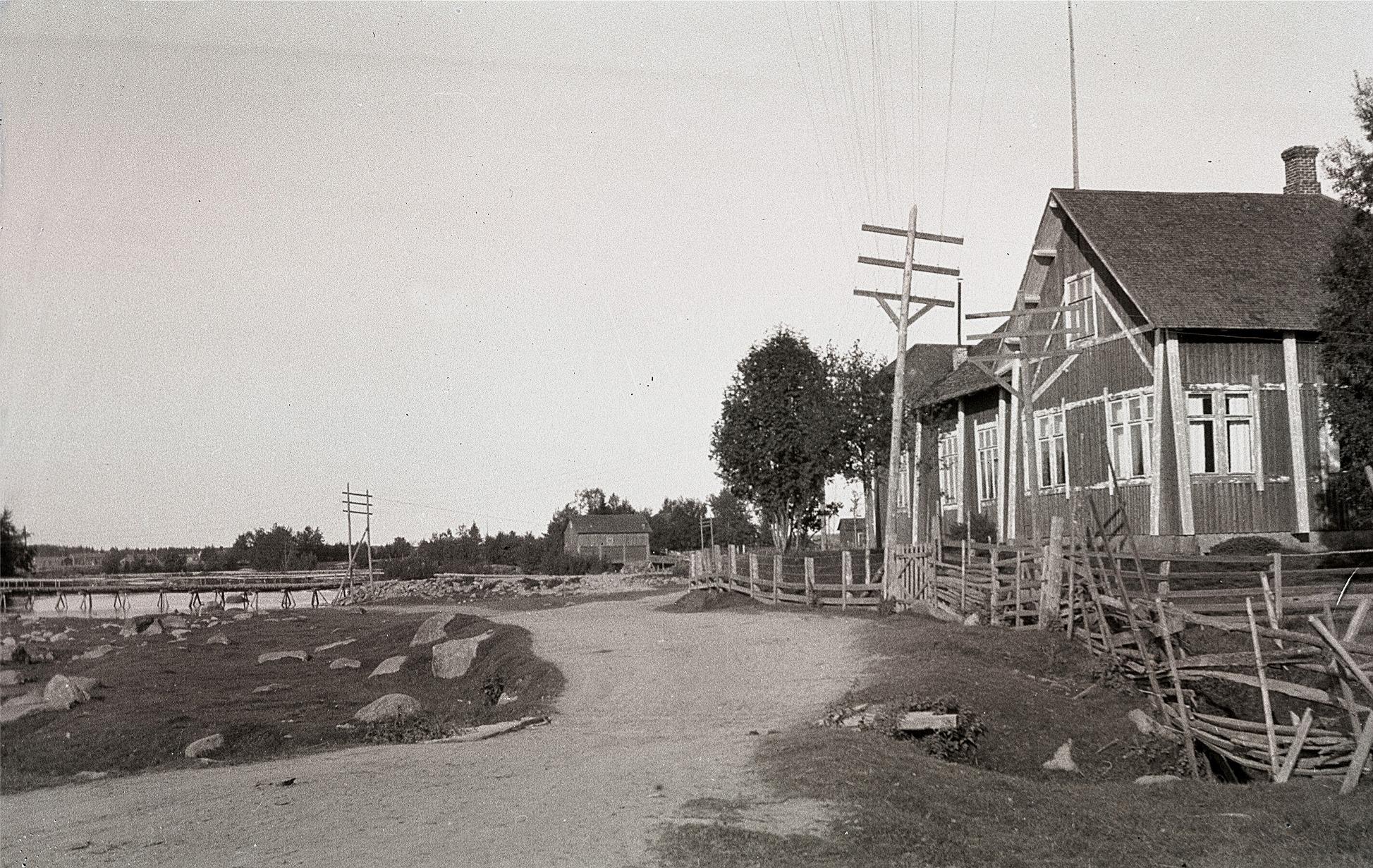Här Finngärdstå som ringlar sig förbi den gamla lokalen i Lappfjärd. Mitt i bild Holmkvarnen och till vänster Gamälbroen.