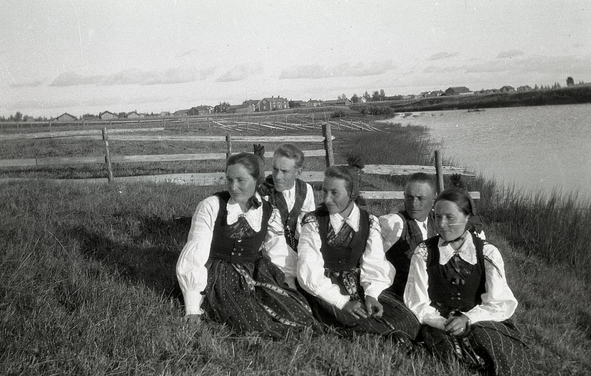 Här sitter Hilma Klåvus, Gunnar Smeds, Signe Ebb, Valter Ådjers och Ellen Lillhannus nere vid ån.