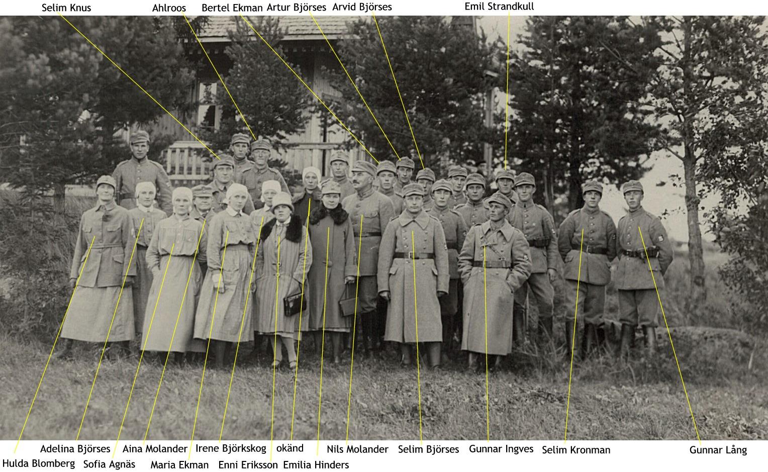 Lottor och skyddskårister uppställda framför skjutpaviljongen den 25 september 1927 vid skjuttävling om Löfvenmarks pokal.