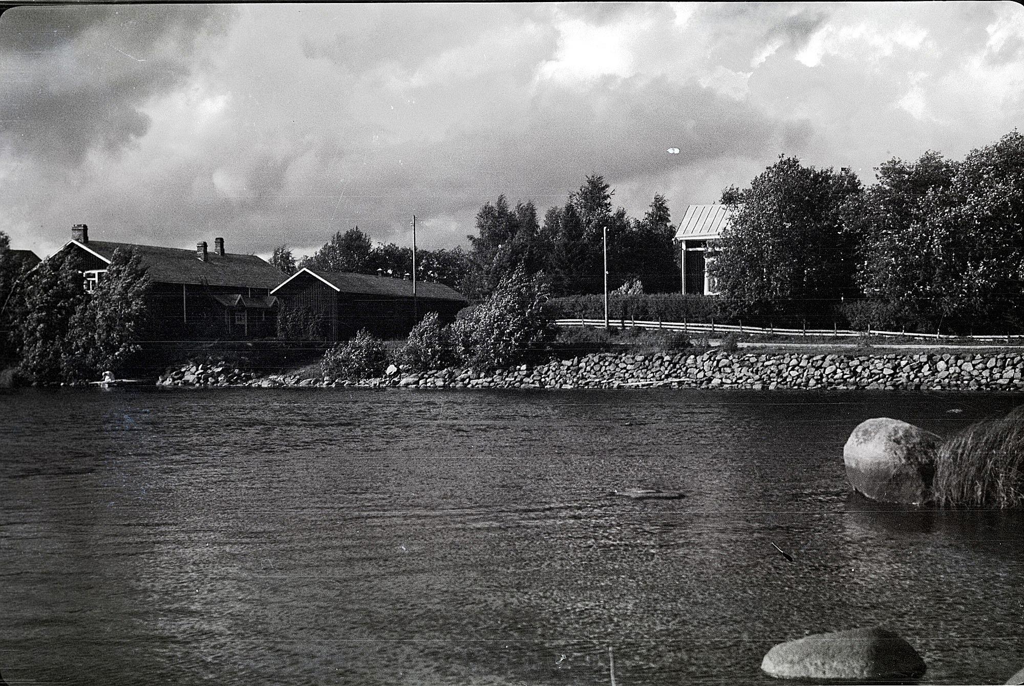 Till vänster garvare Anton Stenmans gård och till höger Molanders gård med vägen framför.