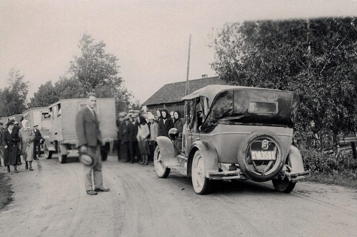 I slutet på 1920-talet var det nog många som beundrade denna Buick. Kvinnan i den svarta kappan bakom bilens lykta är Svea Ådjers.