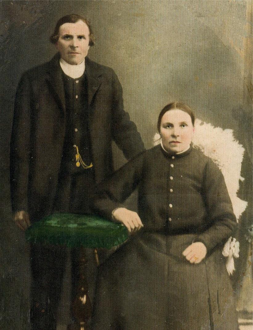 På bilden Konstantin som föddes på Klockarsbackan, kom till Palon som fosterson, och som sedan gifte sig med Karolina Storkull. På fotot är han dock tillsammans med sin andra hustru Christina Skrivars, hemma från Uttermossa.