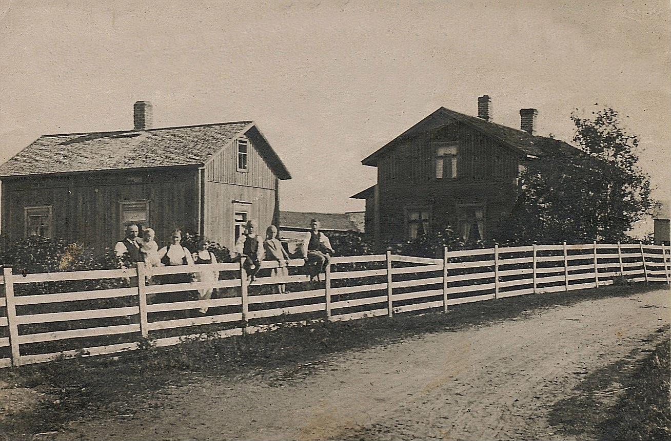 På detta foto ser vi hur den ursprungliga gården såg ut när den byggdes. På fotot troligen bonden Erland Krook med sin familj.