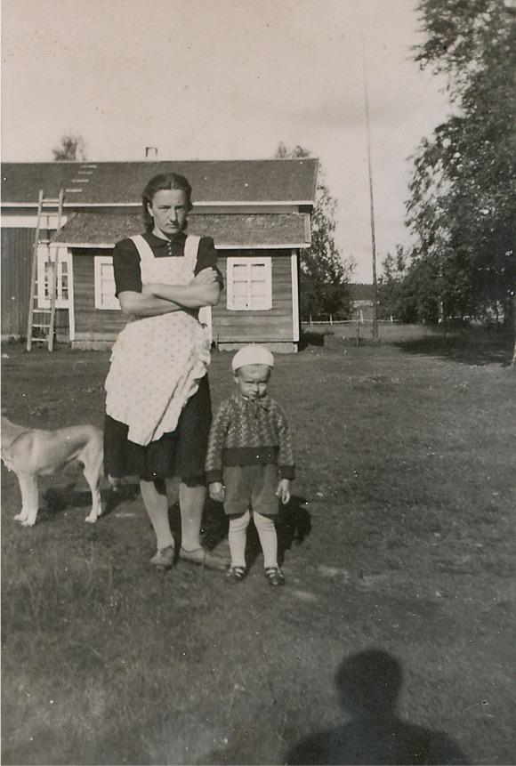 Här på bilden Gerda Krook med sonen Elof framför Frivelas lillstugan dit de flyttade efter maken Bertels död.