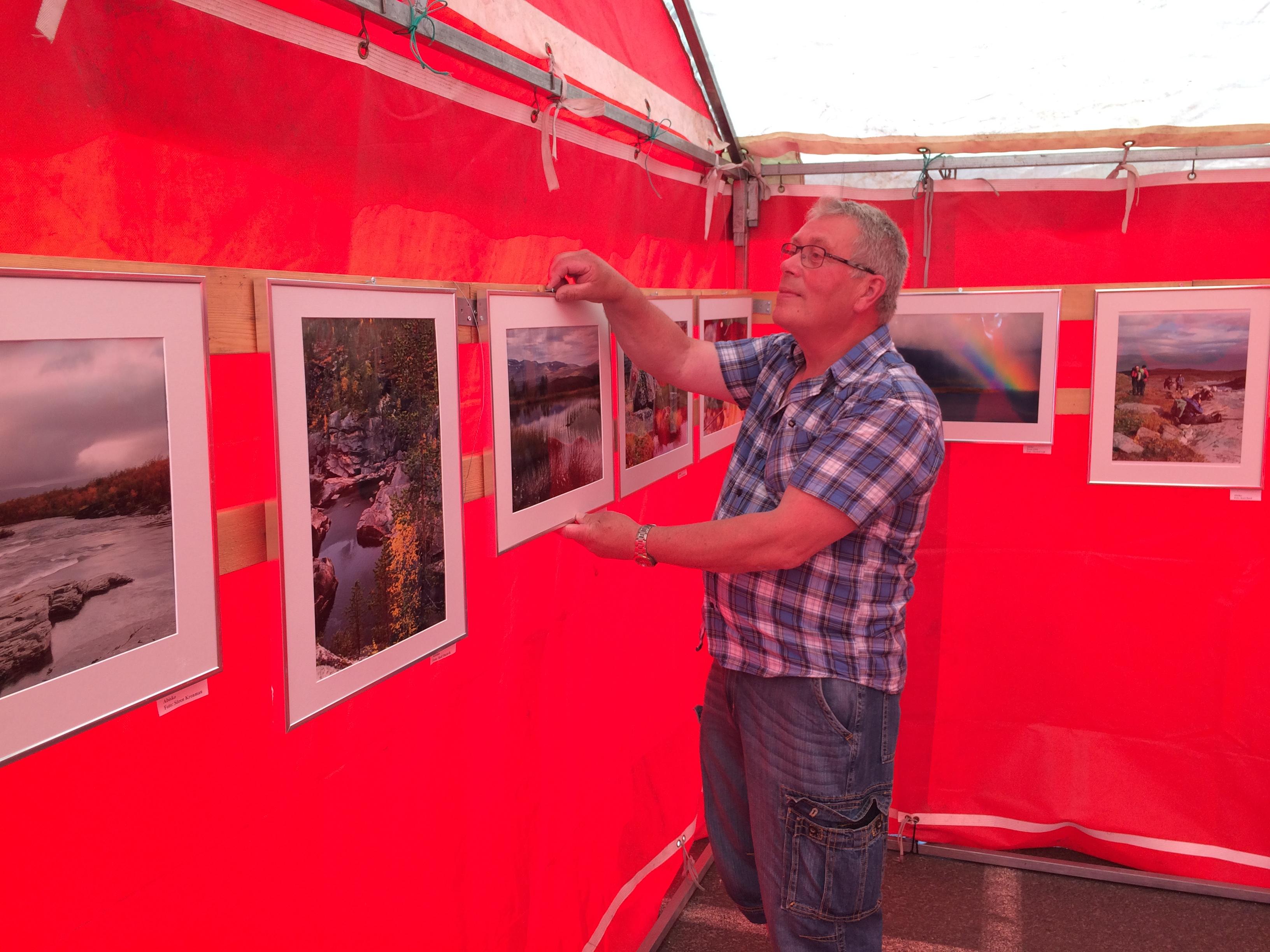 Amatörfotografen Leif Sandbacka från Närpes är aktiv medlem i fotoklubben Focus, som brukar ordna fotoutställningar under Tomatkarnevalen. Leifs pappa Elis föddes och växte upp där Sandbacka-Emelas i Klemetsändan, nästan i Storfors.