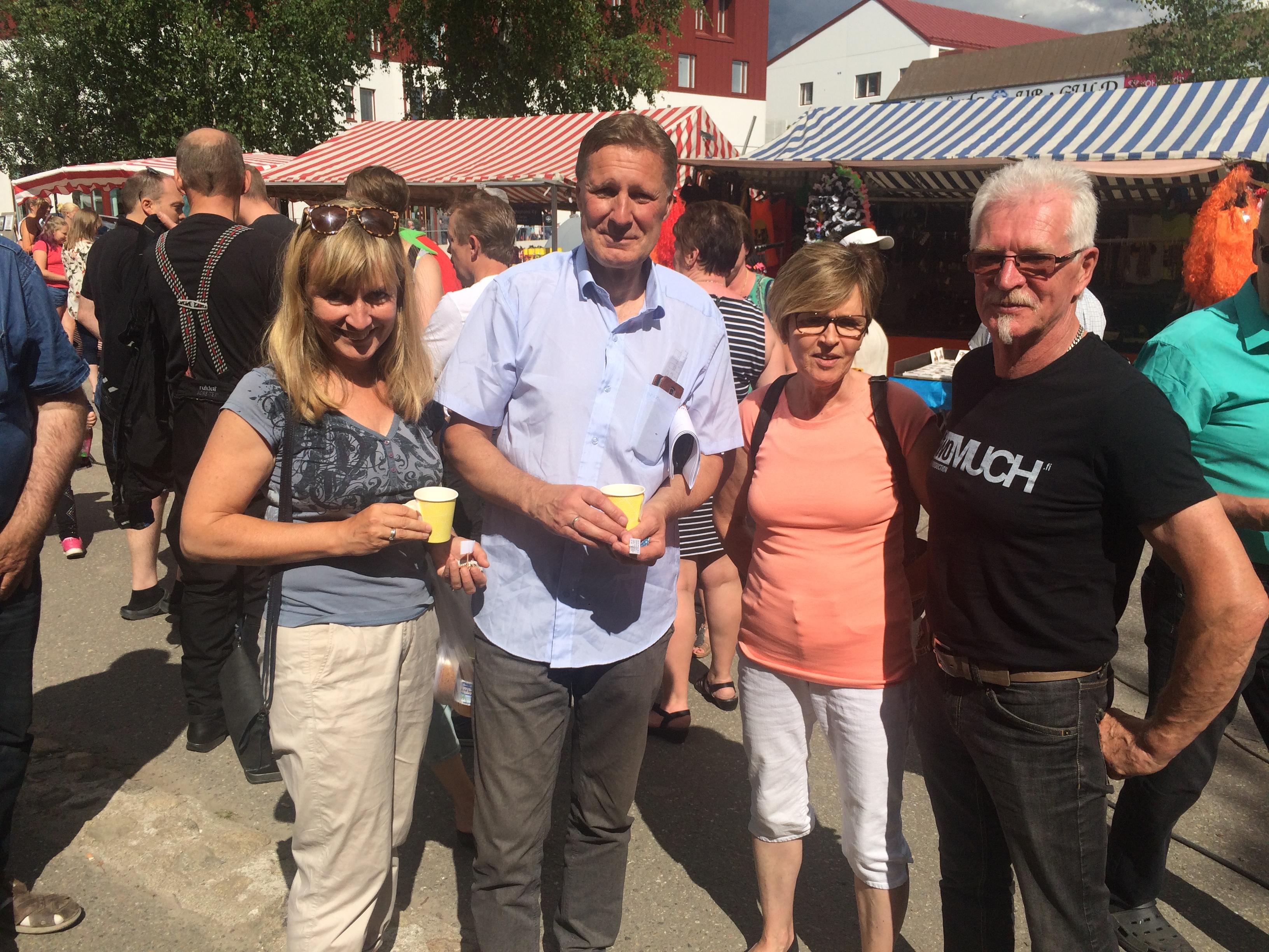 """Niina och Mats Björklund från Norge besökte Tomatkarnevalen tillsammans med Gunilla och Kurt Vikfors. Mats besöker ofta barndomshemmet på Sebbasbackan och hyser också planer på att utveckla området runt """"Lid-Alvaras""""."""