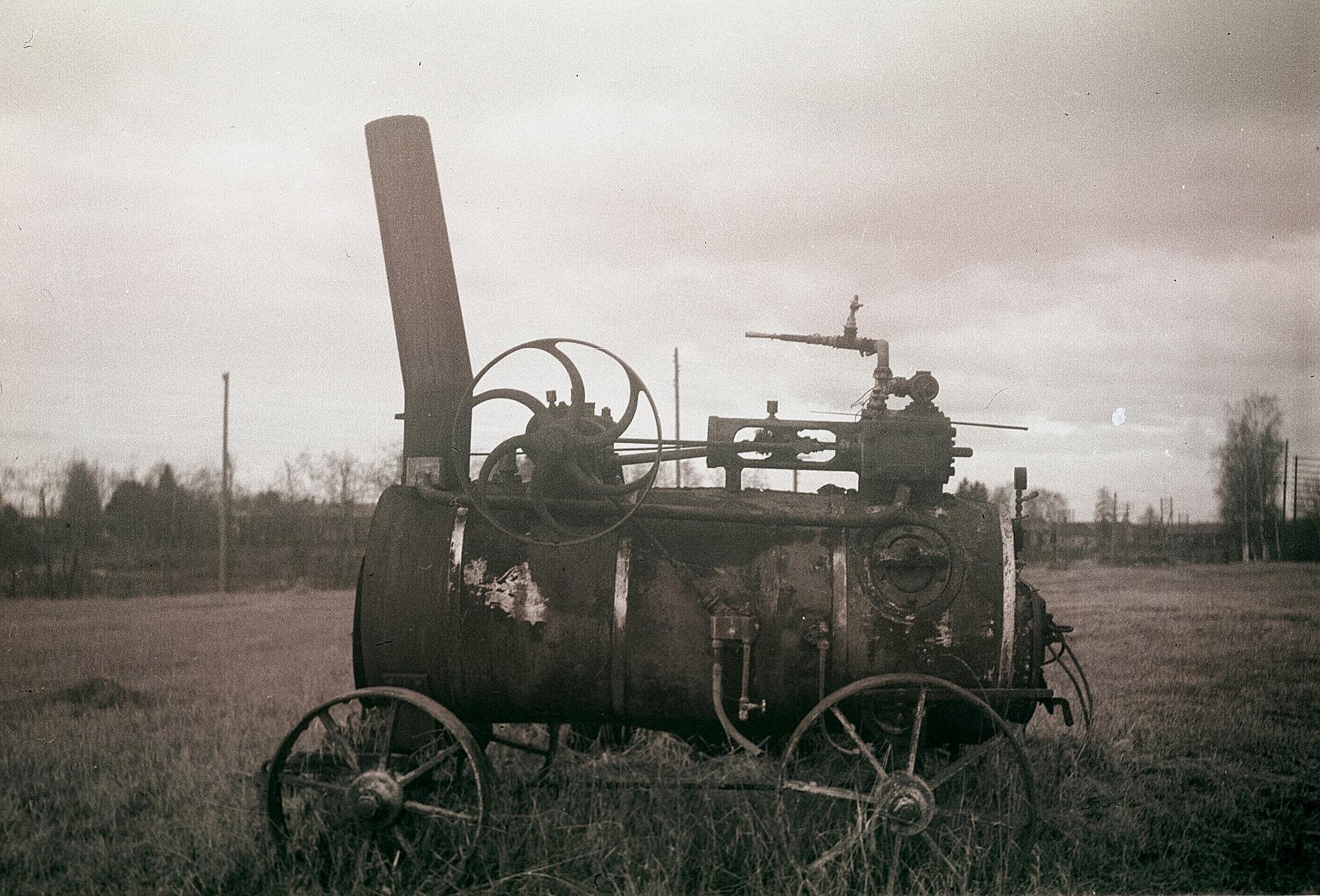 """Den här gamla ångpannan var i bruk ännu på 1920-talet """"där Startjinas"""". Bara den fick full steam så orkade den nog dra tröskverket."""