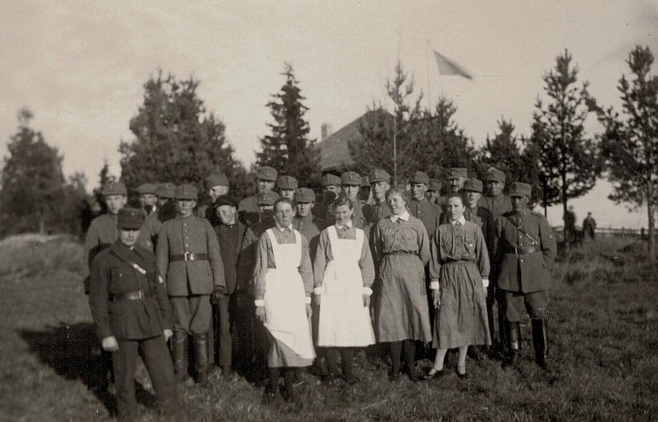 Fotot från 14 oktober 1928 med lottor och skyddskårister framför skjutpaviljongen på skjutplan vid Lillån ovanför mejeriet.