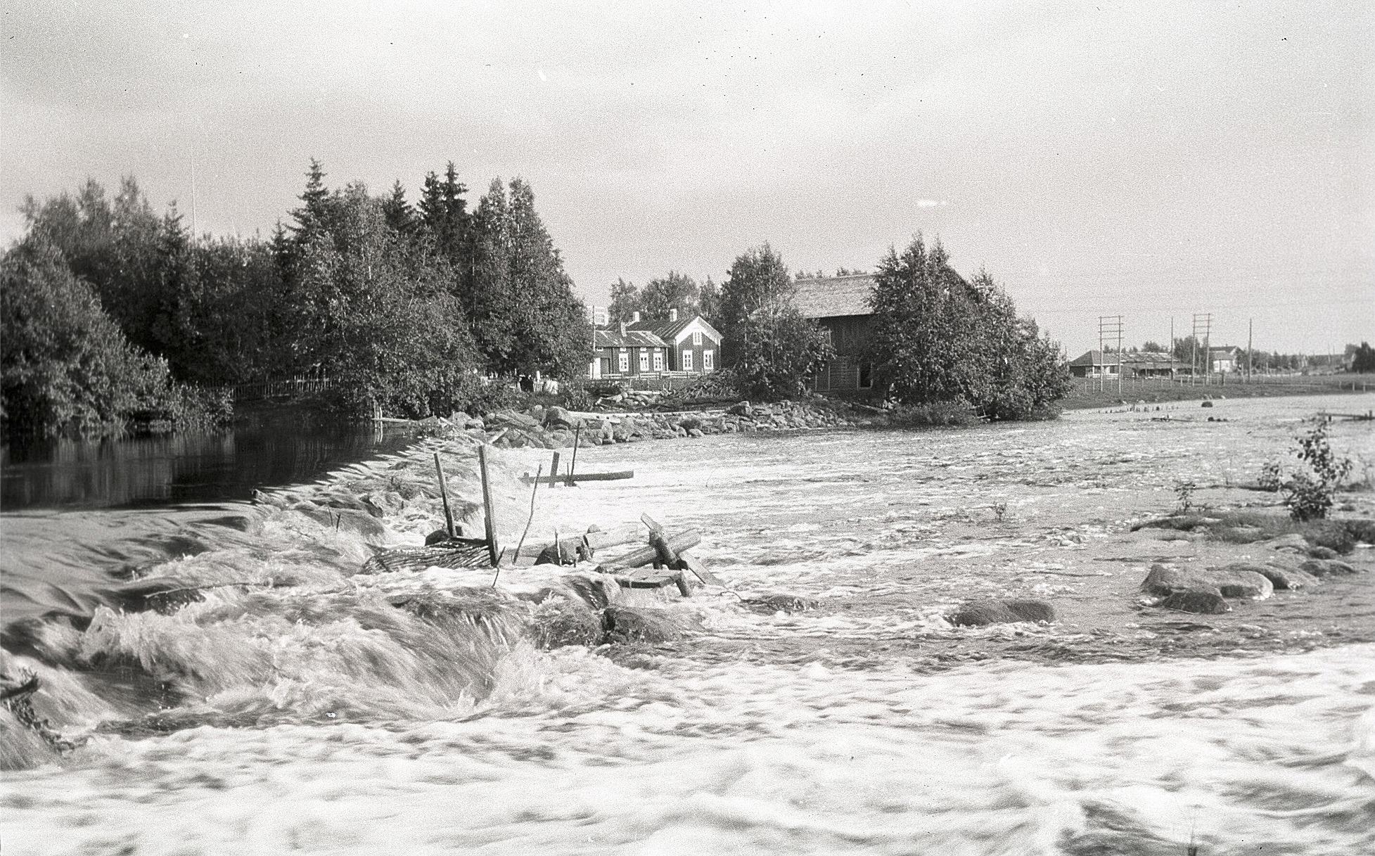 Holmforsen med dammen och Engelholms kvarn. I bakgrunden Viktor Ingves gamla gård vid Kvarntå.