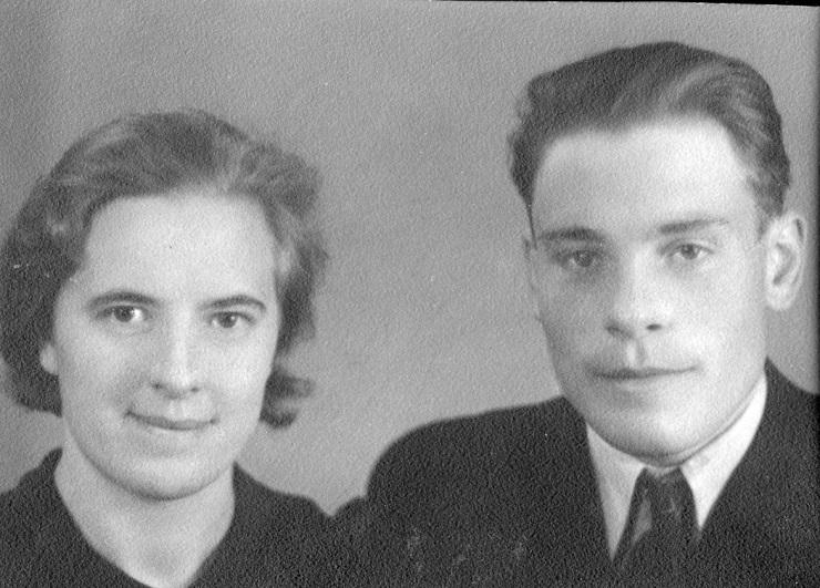 """På bilden Verna och Ragnar Långfors som i slutet på 1940-talet sålde Krook-gården åt Ragnars syster Adele och hennes man Selim Eklund. Selim var son till """"Kårk-Viktor"""" och paret bodde i dennes gård i korsningen till Korsbäck."""