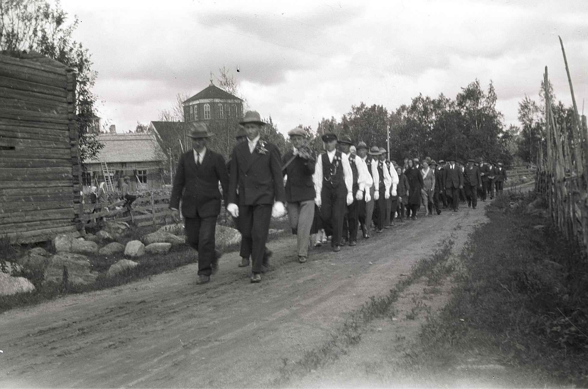 Brudrad på Lillsundvägen, där spelmännen Selim Kronman och Valter Enlund trakterar fiolerna.