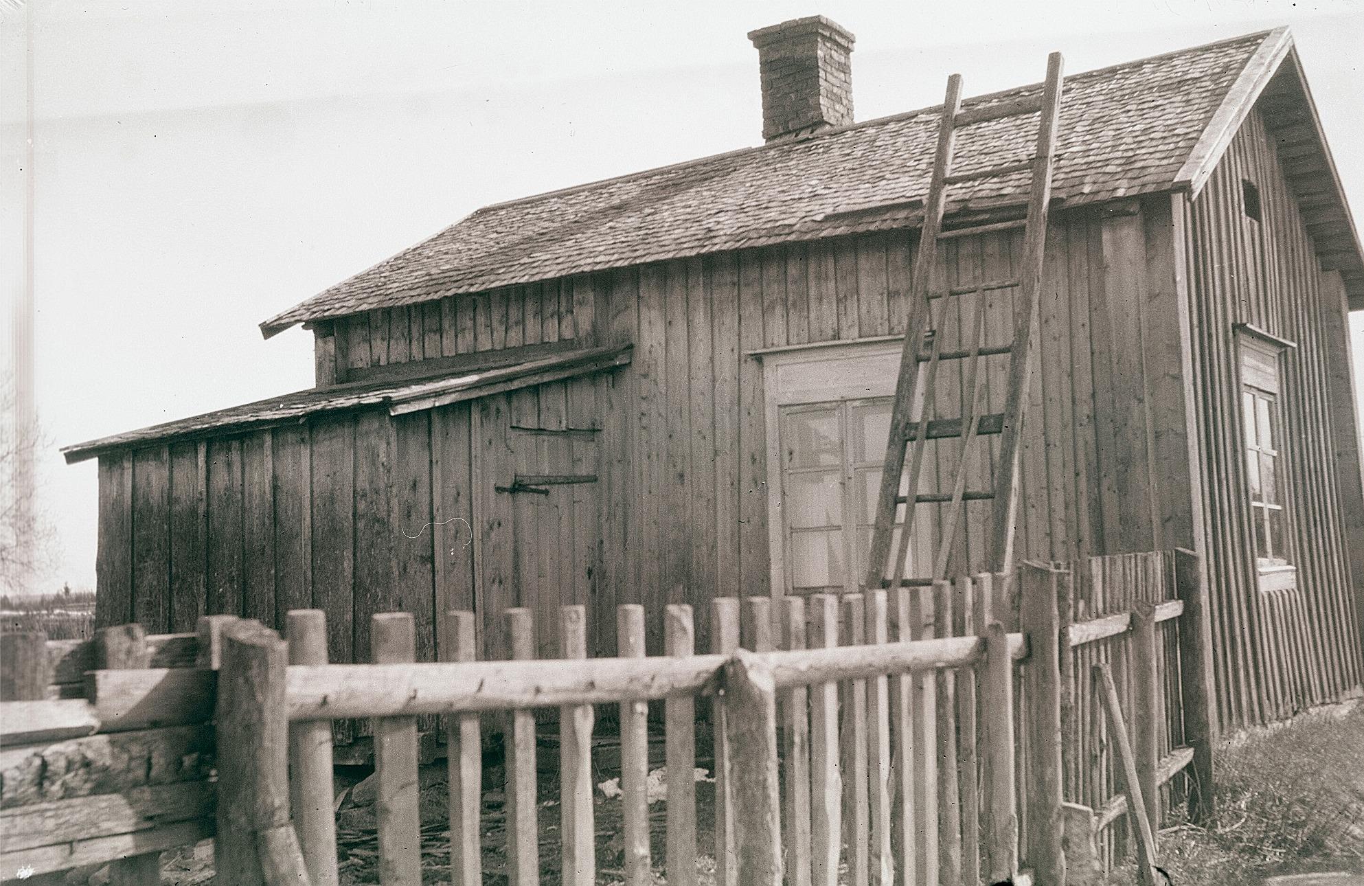 Mellan åren 1876 och 1926 höll Anna Lena Ådjers skola i denna stuga på Åbyggändan. 25 penni i veckan kostade det eleverna att lära sig bokstäverna och siffrorna