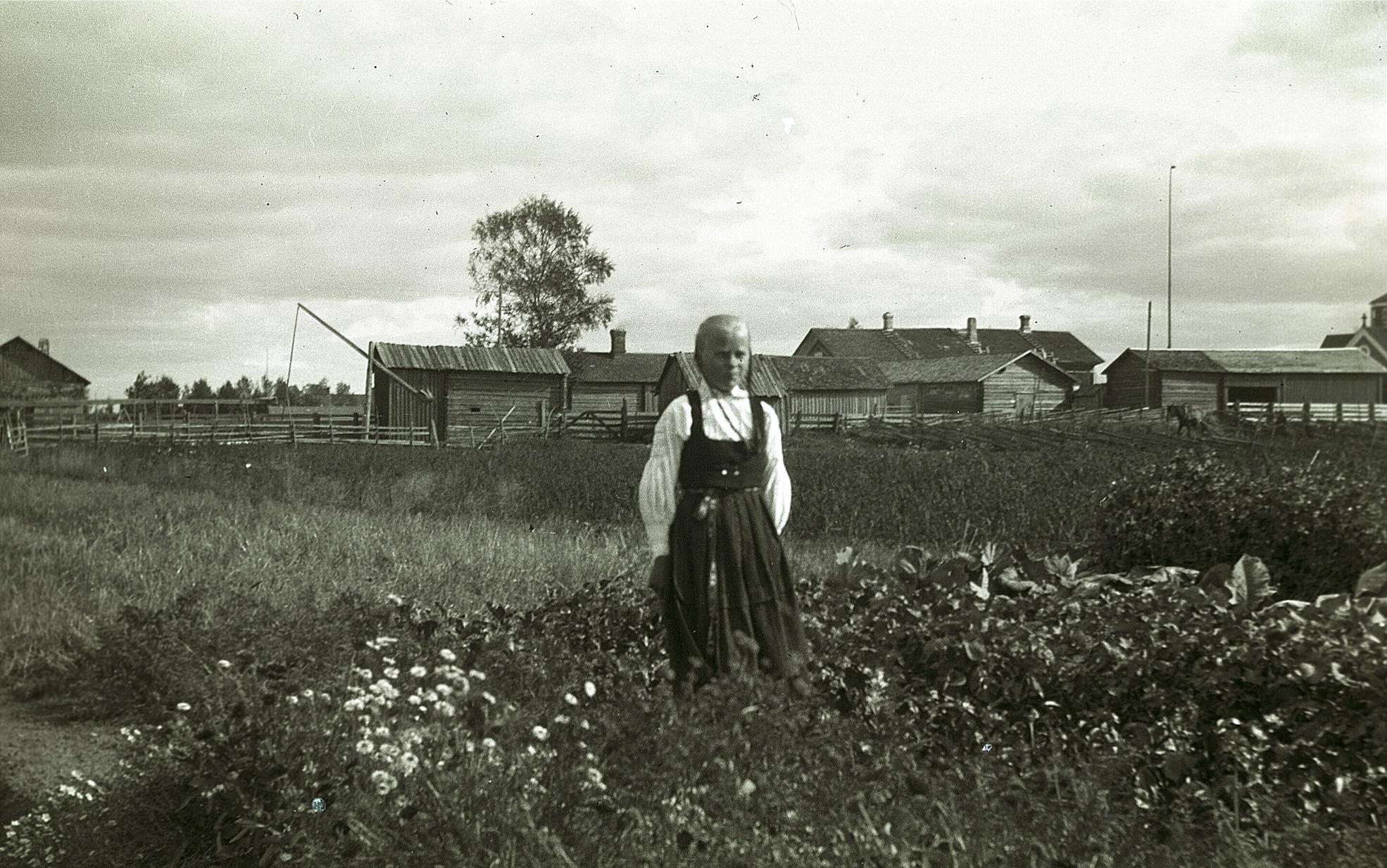 Elin Gullmes i sitt klubbland på Brännor, kyrkan syns i högra kanten.
