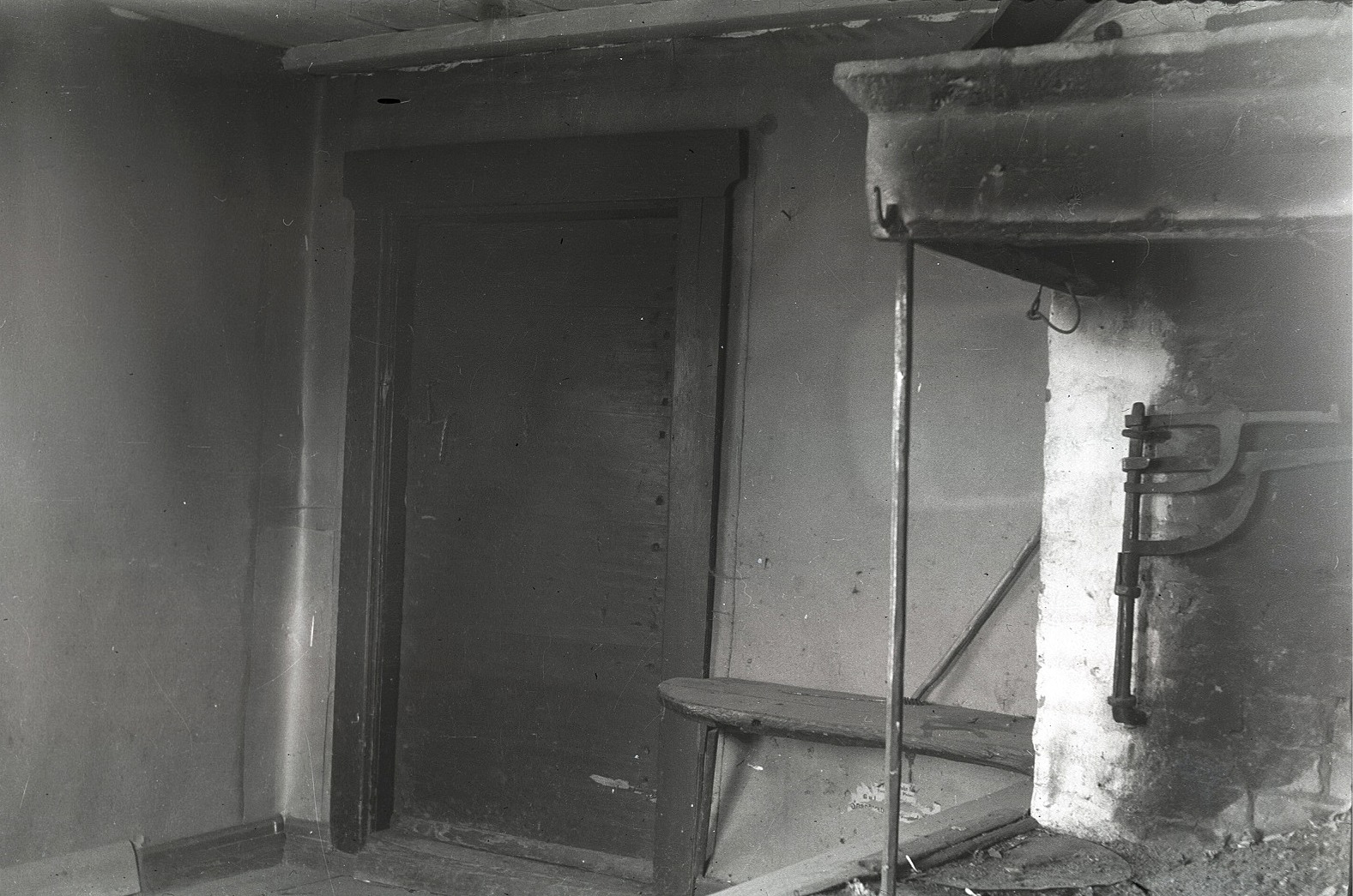 I Anna Lenas skola stod spisen direkt till vänster innanför dörren. Eleverna som kunde mellan 6 och 17 år satt på bänkar, där de fick lära sig religion och att läsa och skriva.