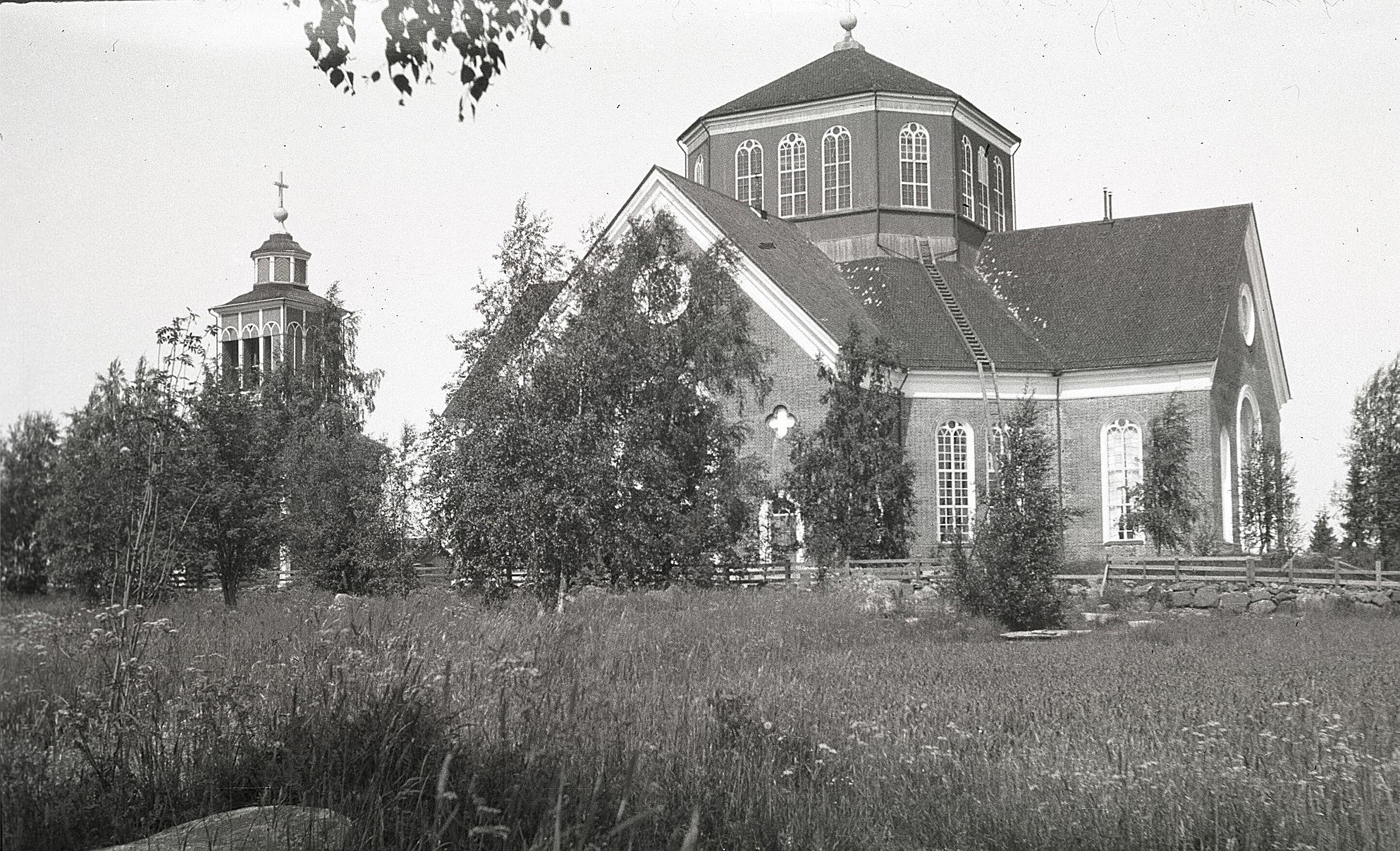 Alltid lika ståtliga Lappfjärds kyrka på Mangsbackan.
