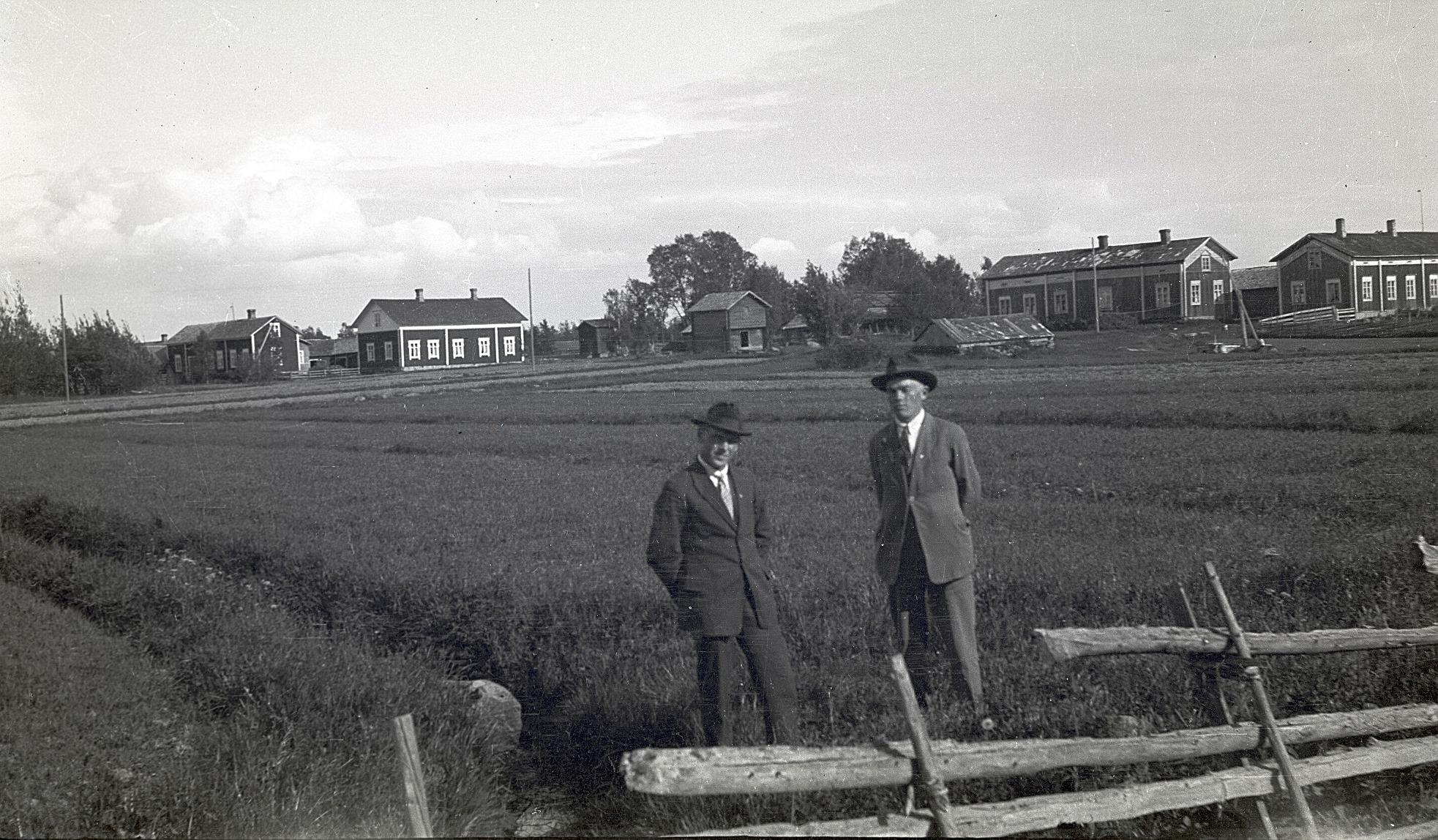 Till vänster Selim Björknäs tillsammans med Frans Bergkulla och i bakgrunden ser vi de ståtliga Bergkulla-gårdarna. Samtliga gårdar är rivna utom den som står längst till vänster.