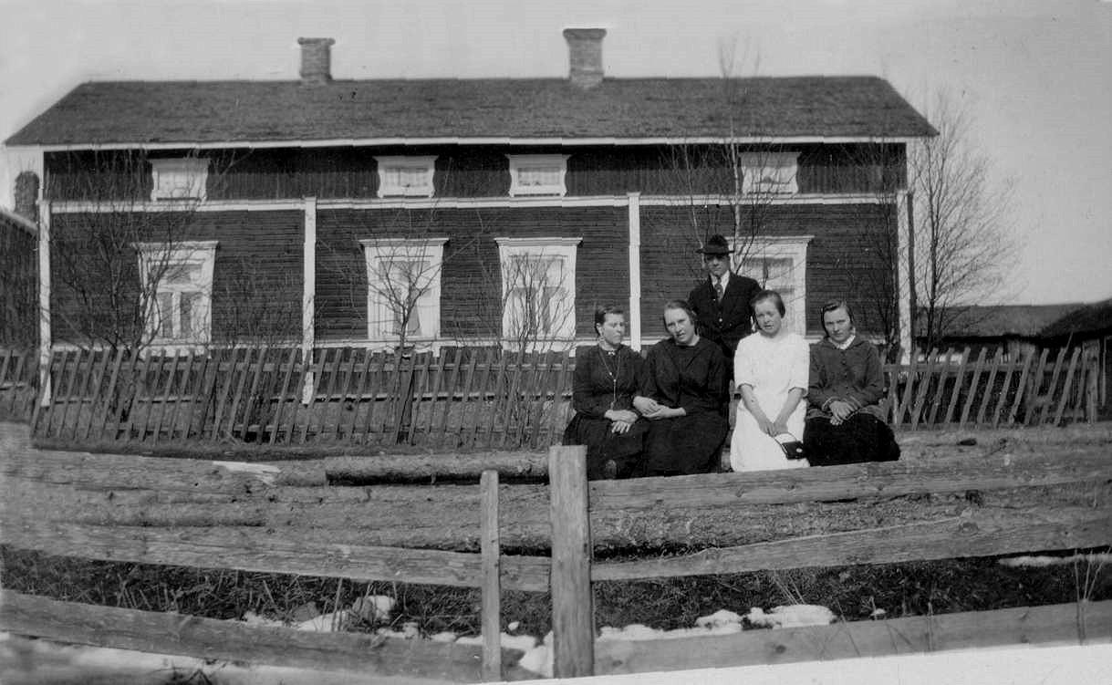 På detta foto från 1928 ser vi hur Krook-gården såg ut från sydost när den fortfarande hade endast en våning. På fotot fr.v. Amanda Lillkull från A-sidon, Elna Hovland (syster åt Elisabeth Hovland, från Pjelax, gift Rosenholm), följande Elisabeth Hovland (f. 1908 i Pjelax, gift år 1928 med Gunnar Storkull men flyttade tillbaka till Pjelax år 1931 då Gunnar dog), längst t.h. Anna Krook (gift Lundgren och flyttade till Kanada). Mannen som står bakom är Gunnar Storkull.