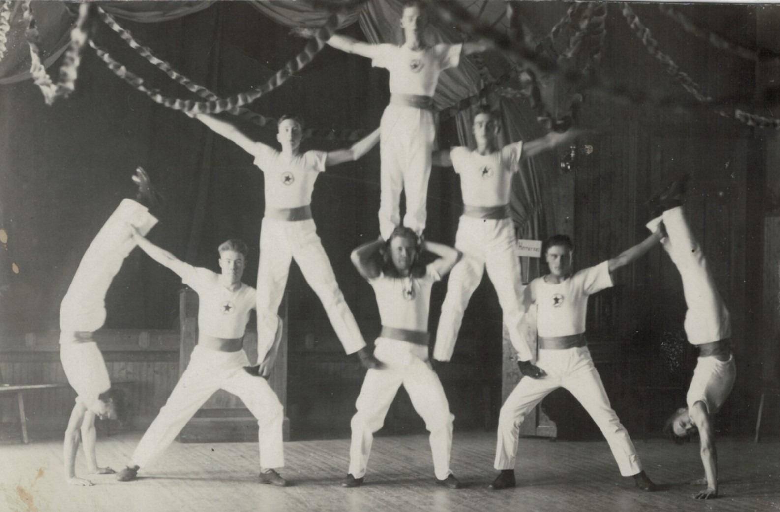 År 1927 uppträdde dessa gymnaster på den gamla lokalen. Uppe Arvid Björses, i mitten Lennart Agnäs och Arvid Mannfolk, nere okänd, Gösta Klåvus, Lennart Klovus, Lennart Storhannus och Emil Björses.