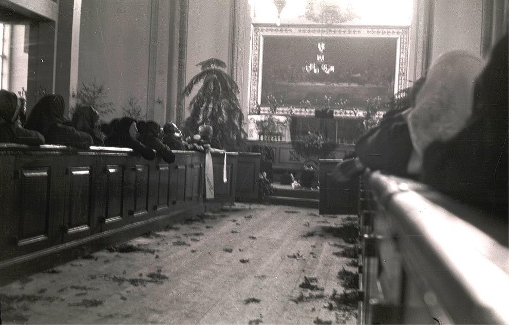 Det ser lite skräpigt ut i kyrkan vid prosten Lauréns begravning men man hade strött ut granris på golvet.