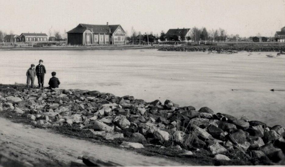 Ungdomsföreningen lokal fotograferad 1928 från den norra sidan före den byggdes om och återinvigdes 1929. Längst till höger syns Lappfjärds kyrka.