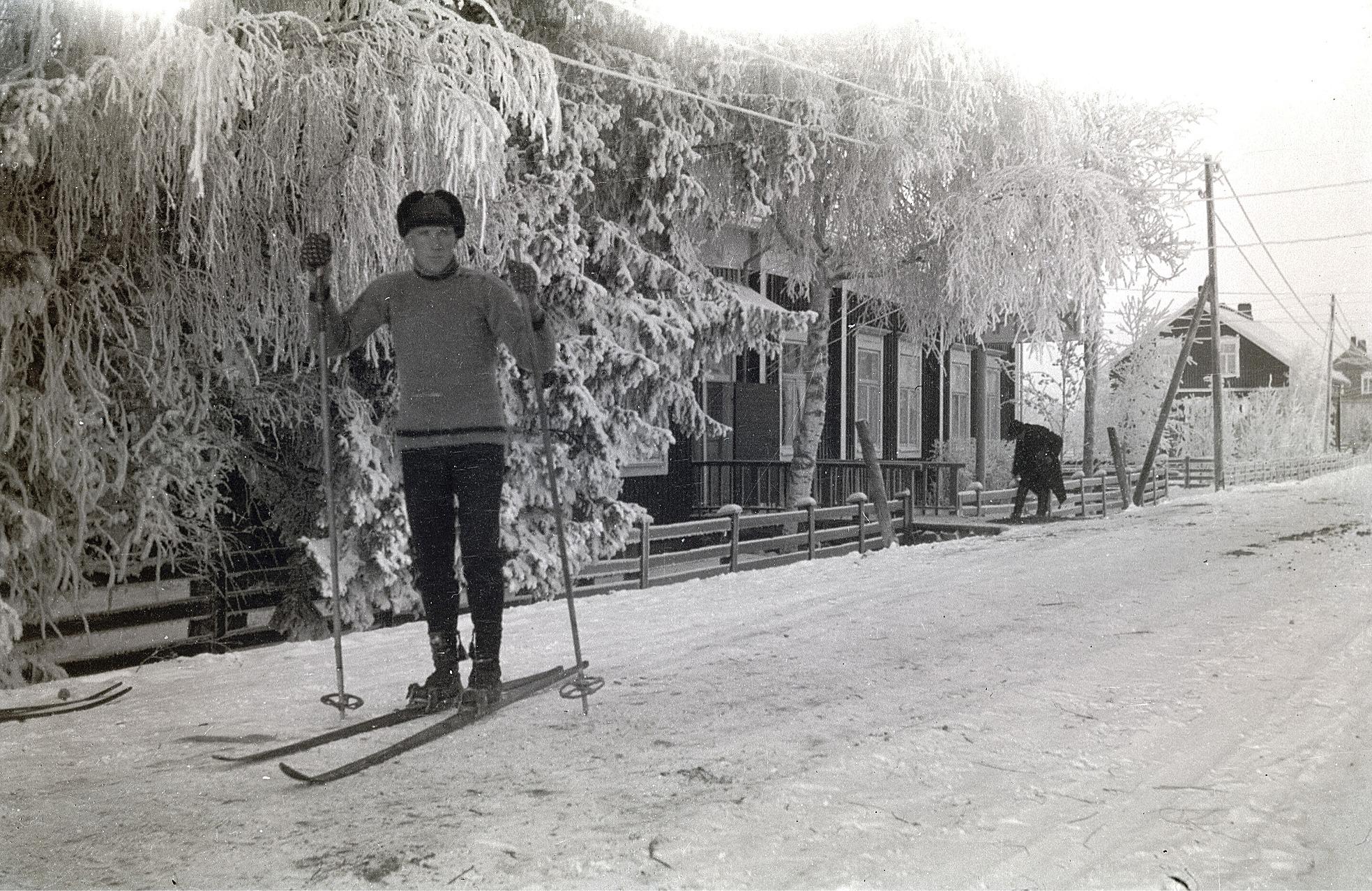 """Skidaren Emil Strandkull på södra sidans bygata med apotekaren Lövenmarks gård mitt i bild, där Lillträsks garage finns idag. Gaveln till höger är läkargården """"doktorinas"""" Bergroths."""
