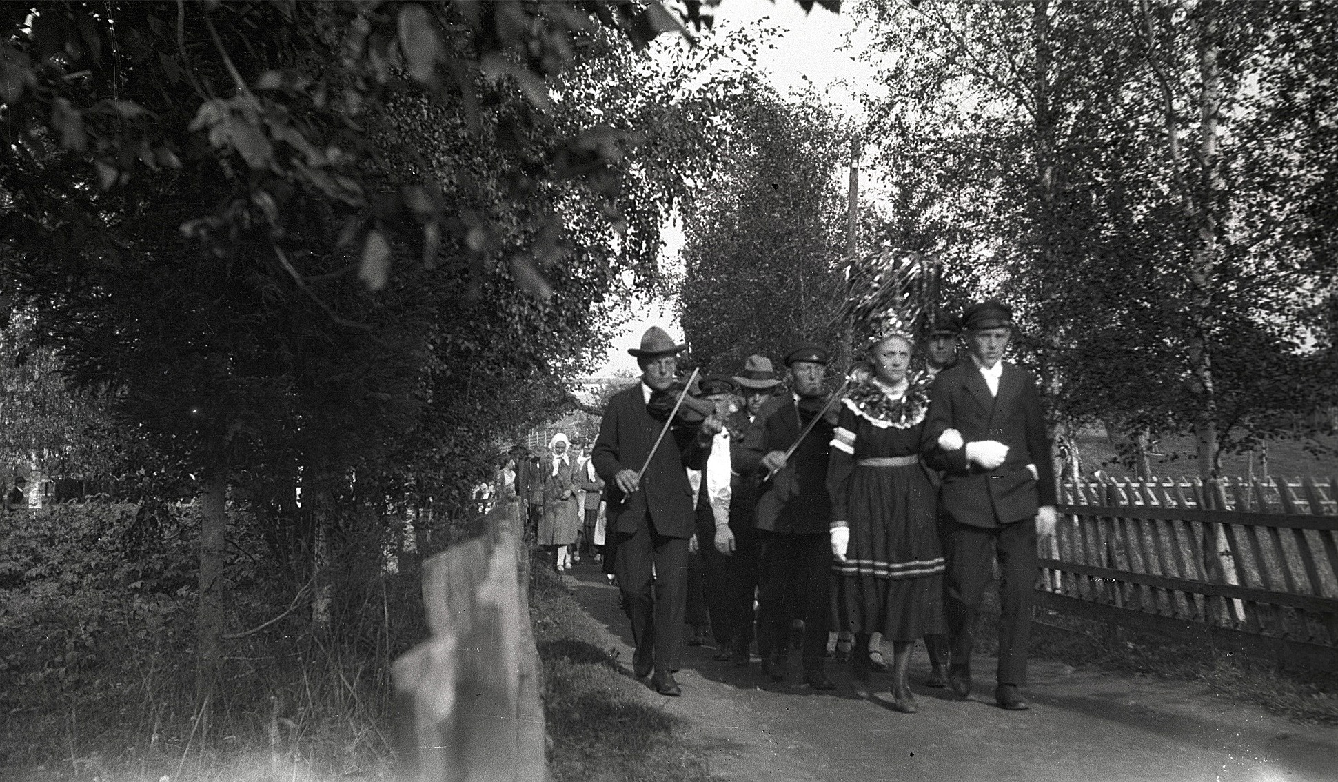 Ett okänt silverbröllopspar med musikanterna Torsten och Selim Nyholm och Selim Kronman.